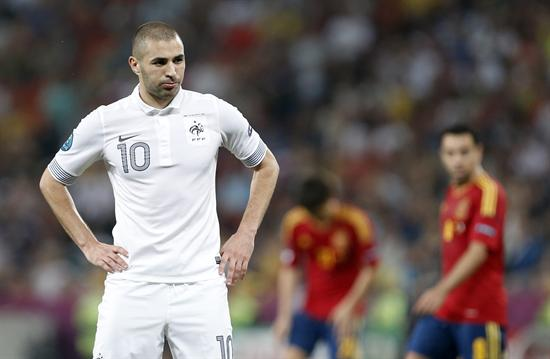 El jugador francés Karim Benzema gesticula ante España. Foto: EFE