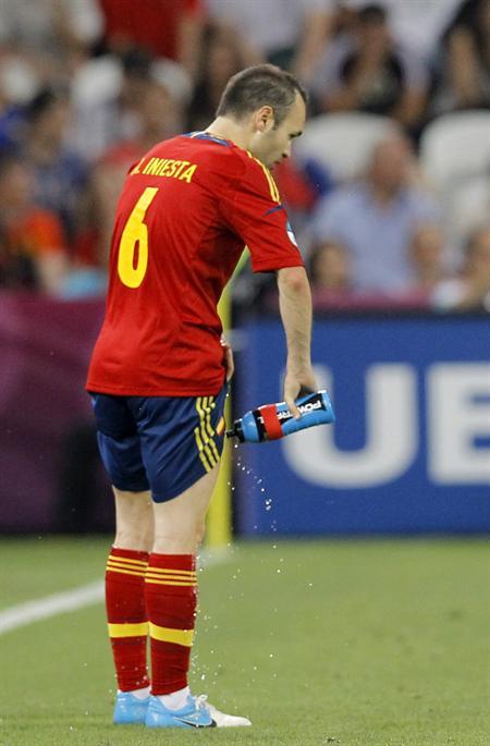 El jugador de España Andres Iniesta se refresca con agua ante Francia. Foto: EFE