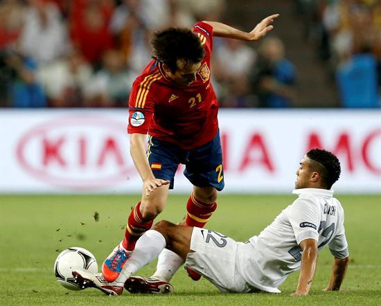 El centrocampista español David Silva (i) pelea por el balón con el francés Gael Clichy. Foto: EFE