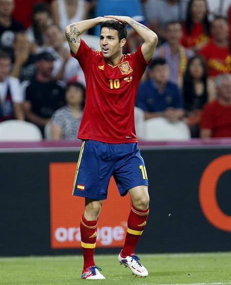 El centrocampista de España, Cesc Fábregas, se lamenta de un posible penalti en el área de Francia. Foto: EFE