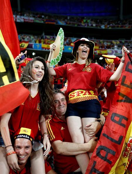 Aficionados españoles animan la selección antes del comienzo del encuentro de cuartos. Foto: EFE