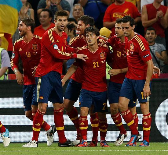El centrocampista de la selección española, Xabi Alonso (3i), celebra con sus compañeros su gol ante Francia. Foto: EFE