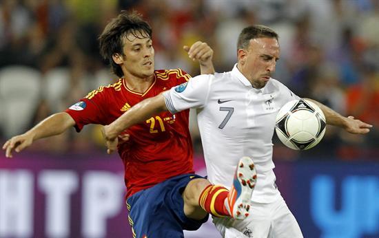 El jugador francés Franck Ribery (d) disputa el balón con el español David Silva. Foto: EFE