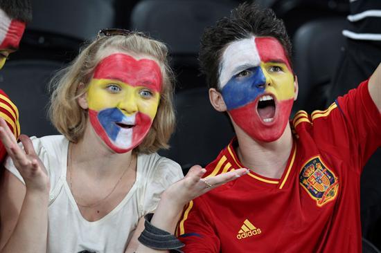 Aficionados españoles animan la selección antes del comienzo del encuentro de cuartos de final. Foto: EFE