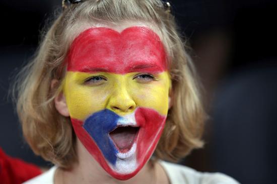 Una seguidora española anima la selección antes del comienzo del encuentro. Foto: EFE