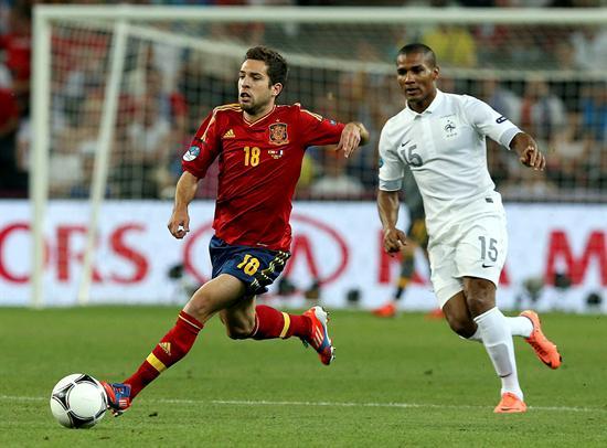 El defensa español Jordi Alba (i) escapa con el balón del francés Florent Malouda. Foto: EFE