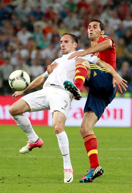 El jugador español Álvaro Arbeloa (d) pelea por el balón con el francés Franck Ribery. Foto: EFE