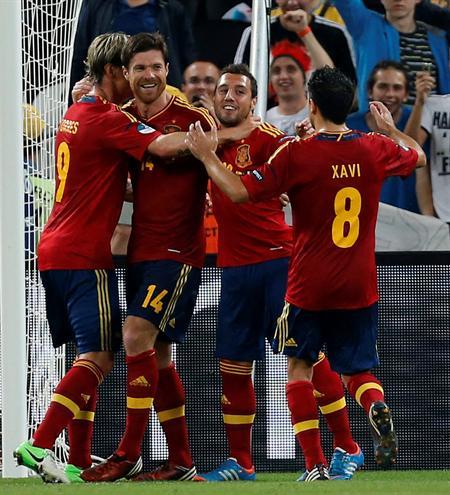 Los jugadores de España celebran el segundo gol de su equipo, materializado por el centrocampista Xabi Alonso. Foto: EFE