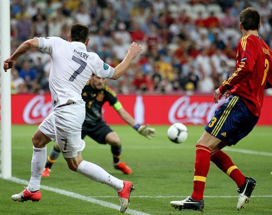 El arquero de España Iker Casillas (c) controla un balón ante Franck Ribery de Francia. Foto: EFE