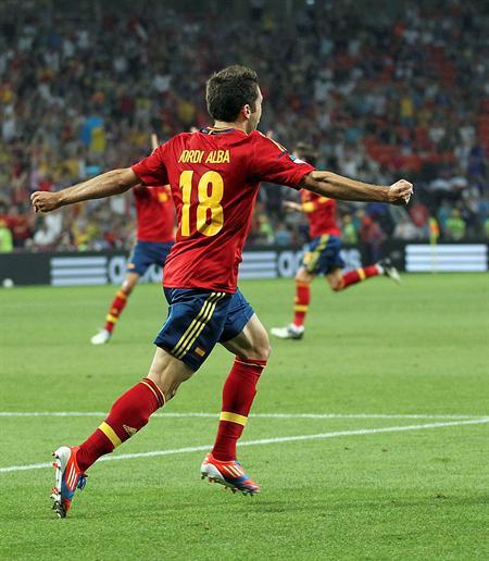 El defensa español Jordi Alba celebra el gol de su compañero Xabi Alonso contra Francia. Foto: EFE