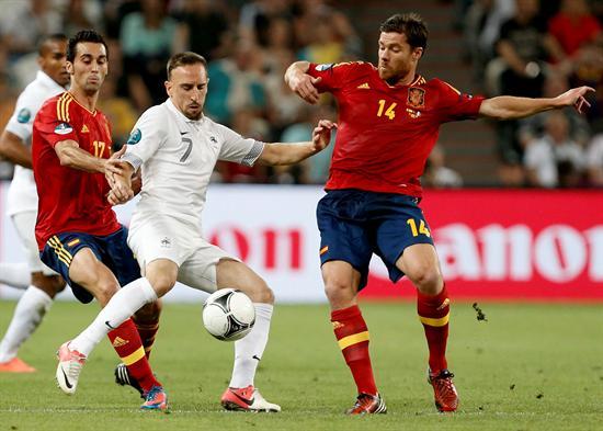 Los jugadores españoles Xabi Alonso (d) y Álvaro Arbeloa (i) pelean por el balón con el francés Franck Ribery. Foto: EFE