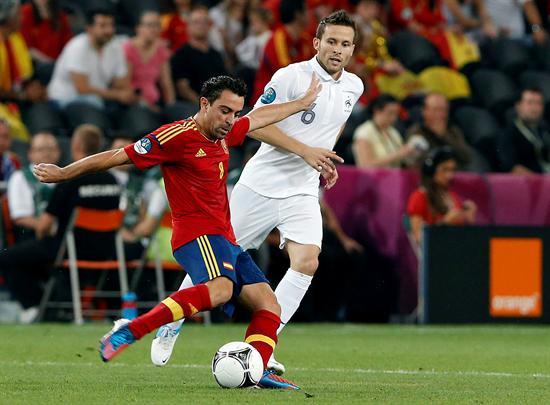 El jugador de la selección francesa, Yohan Cabaye (d), pelea por el balón con el jugador español Xabi Hernández. Foto: EFE