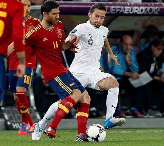 El jugador de la selección francesa, Yohan Cabaye (d), intenta arrebatar el balón al jugador español Xabi Alonso. Foto: EFE