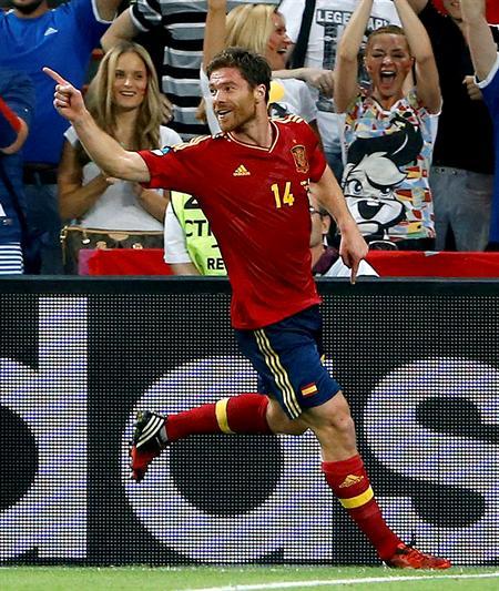 El centrocampista de la selección española, Xabi Alonso, celebra su gol ante Francia. Foto: EFE