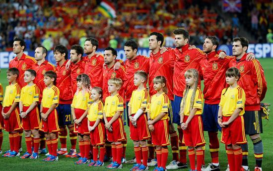 La selección española durante la interpretación de su himno nacional, antes del comienzo del partido. Foto: EFE
