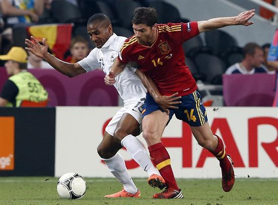 El jugador español Xabi Alonso (d) disputa el balón con Florent Malouda de Francia. Foto: EFE