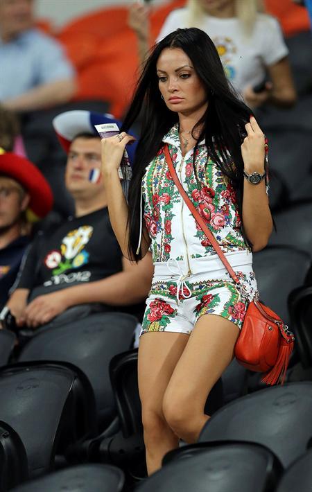 Una seguidora en la grada antes del comienzo del encuentro de cuartos de final. Foto: EFE