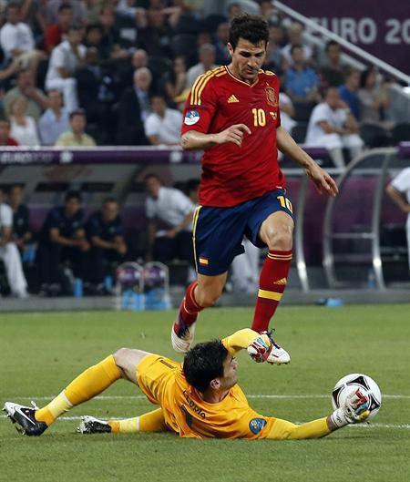 El jugador español Cesc Fabregas (d) disputa el balón con el arquero Hugo Lloris de Francia. Foto: EFE