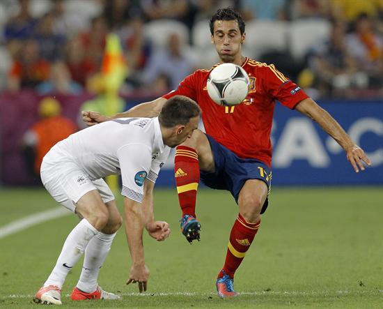 El jugador francés Franck Ribery (i) disputa el balón con el español Álvaro Arbeloa. Foto: EFE
