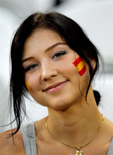 Una aficionada española anima la selección antes del comienzo del encuentro de cuartos de final. Foto: EFE