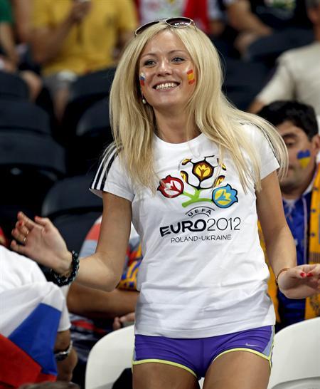 Una aficionada con la bandera de España pintada en la cara espera el comienzo del partido frente a Francia. Foto: EFE