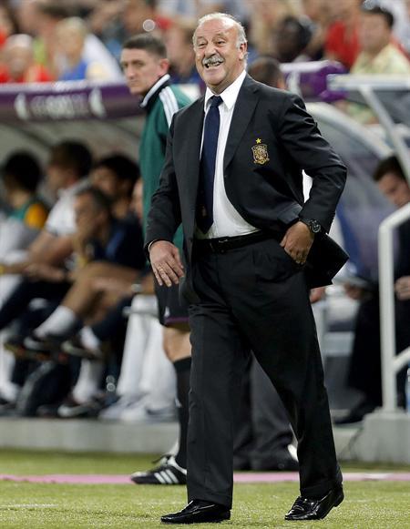 El seleccionador de España, Vicente del Bosque, da instrucciones a sus futbolistas frente a Francia. Foto: EFE