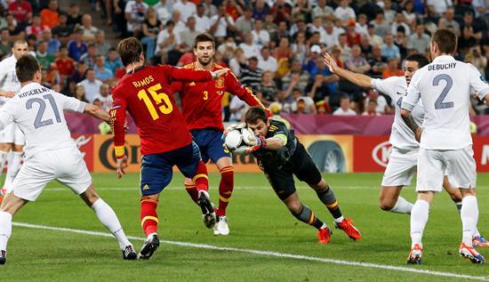 El portero de la selección española, Iker Casillas (c), para un lanzamiento de la selección francesa. Foto: EFE