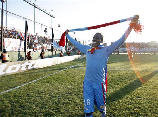 El jugador de Arsenal Carlos Carbonero celebra el campeonato. EFE