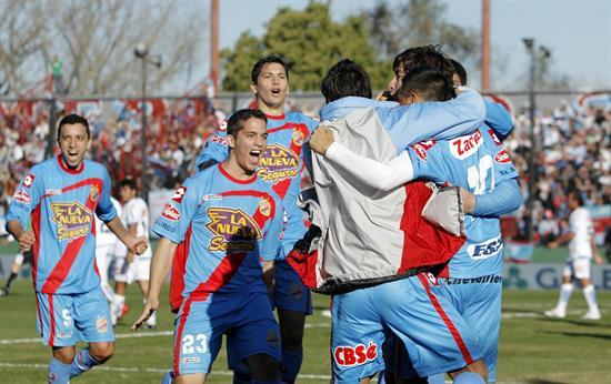 Los jugadores de Arsenal Luciano Leguizamón (i), Nicolás Aguirre (c) y Lisandro López (d) celebran. EFE
