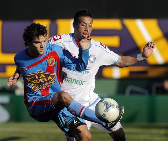 El jugador de Arsenal Emilio Zelaya (i) es marcado por Claudio Pérez (d), de Belgrano. EFE