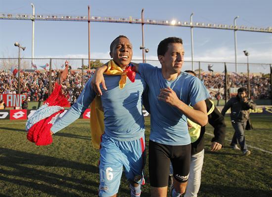 Los jugadores de Arsenal Carlos Carbonero (i) y Jorge Ortiz (d) celebran el campeonato. EFE