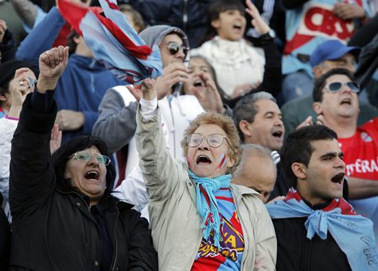 Aficionados de Arsenal celebran la obtención del campeonato. EFE