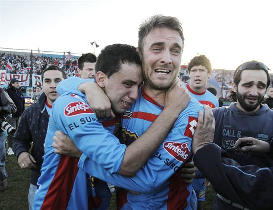 Los jugadores de Arsenal Jorge Ortiz (i) y Juan Pablo Caffa (d) celebran el campeonato. EFE