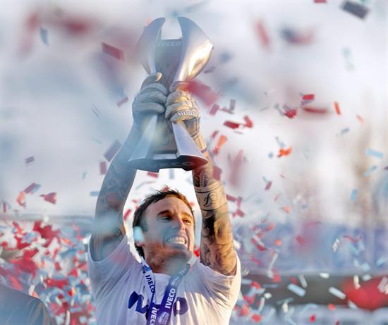 El jugador de Arsenal Cristian Campestrini levanta la copa de campeón del torneo Clausura 2012. EFE