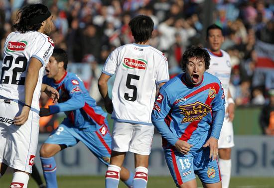 El jugador de Arsenal Nicolás Aguirre (d) celebran el primer gol de su equipo ante Belgrano. EFE