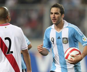 Higuaín caza a Luis Suárez en la cima de goleadores