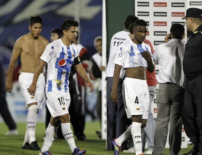 Jugadores del Deportivo Quito salen del campo de juego tras perder 4-0 ante Tigre. EFE
