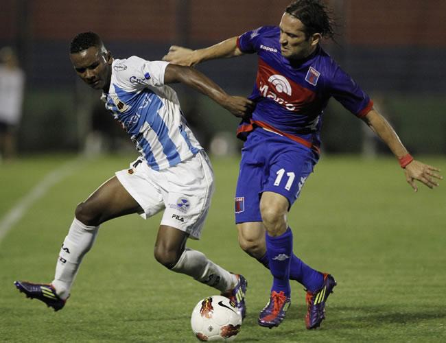 Pedro Velasco (i) de Deportivo Quito de Ecuador y Ramiro Leone (d) de Tigre. EFE