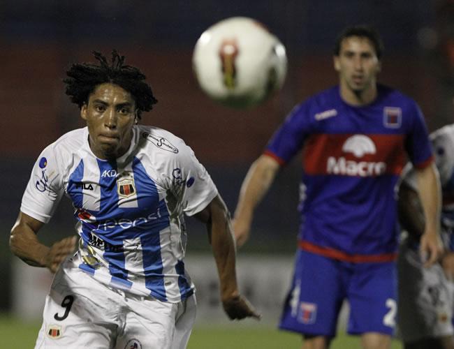 Luis Congo (i) de Deportivo Quito de Ecuador y Alejandro Donatti (d) de Tigre. EFE