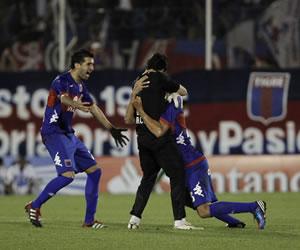 Jugadores de Tigre celebran el tercero gol ante Deportivo Quito. EFE