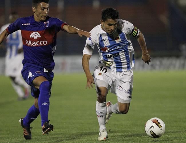 Luis Saritama (d) del Deportivo Quito de Ecuador y Ángel Díaz (i) de Tigre. EFE