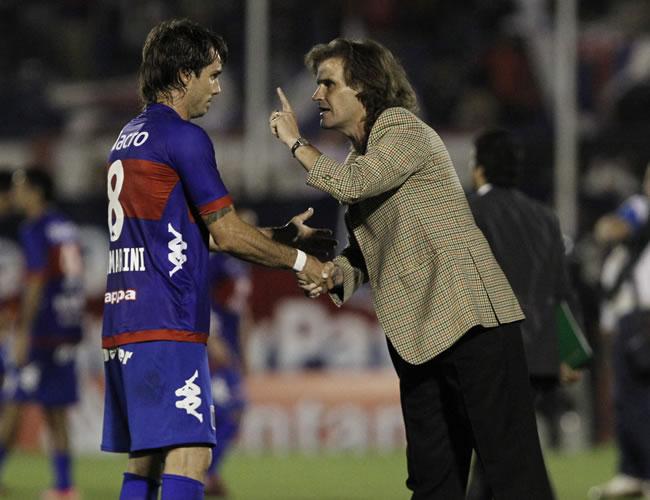 El DT de Deportivo Quito, Rubén Insúa (d), conversa con el jugador de tigre Martín Galmarin. EFE