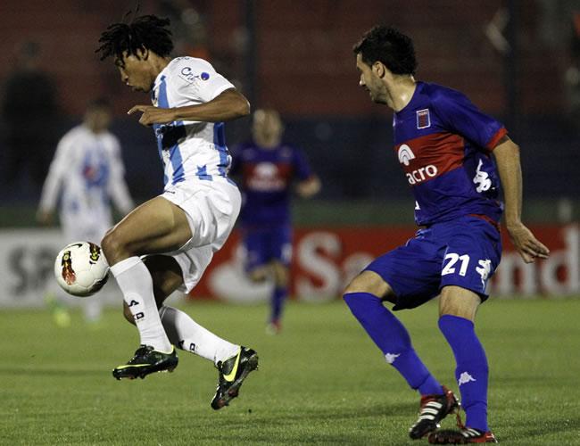 Luis Congo (i) de Deportivo Quito de Ecuador y Mariano Echeverría (d) de Tigrr. EFE