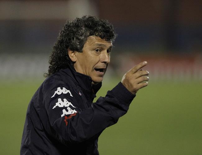 El director técnico de Tigre, Néstor Gorosito, da instrucciones a sus jugadores. EFE