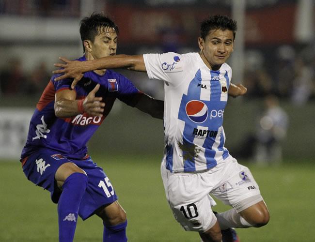Luis Saritama (d) de Deportivo Quito de Ecuador y Ángel Díaz (i) de Tigre. EFE