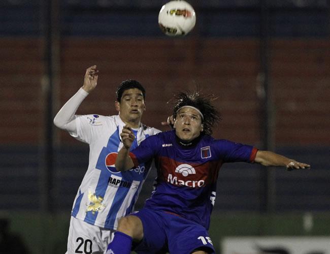 Luis Checa (i) de Deportivo Quito de Ecuador y Federico Santander (d) de Tigre. EFE