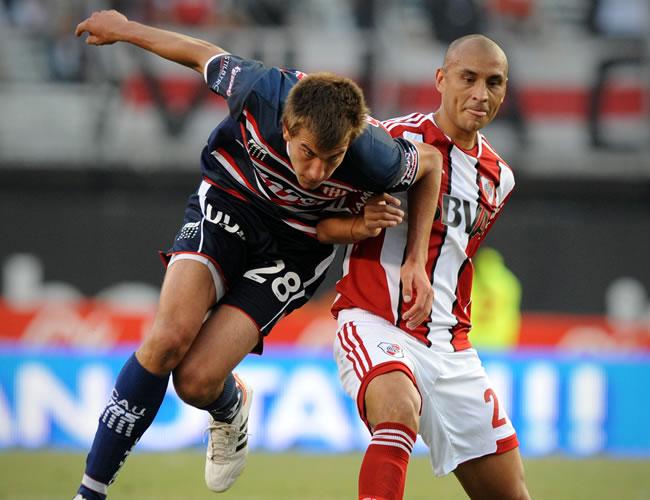 Cristian Raúl Ledesma (d), de River Plate, disputa el balón con Federico Chiapello (i) de Unión de Santa Fe. EFE