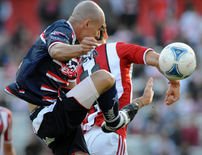 Brahian Alemán de Unión de Santa Fe controla el balón ante River Plate. EFE
