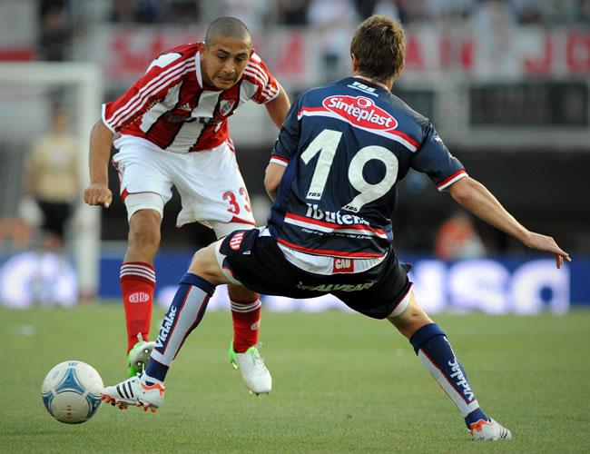 Carlos Luna (i), de River Plate, disputa el balón con Mauro Maidana (d) de Unión de Santa Fe. EFE