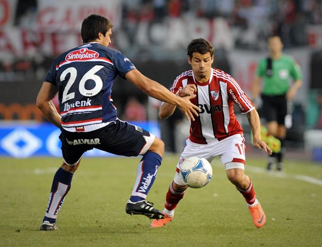 Rodrigo Mora (d), de River Plate, disputa el balón con Diego Barisone (i) de Unión de Santa Fe. EFE